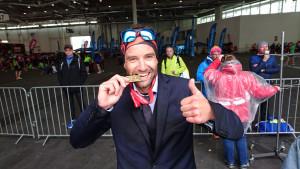 Schnellster Marathon-Finisher im Business-Anzug: Das ist seit heute Felix Mayerhöfer.